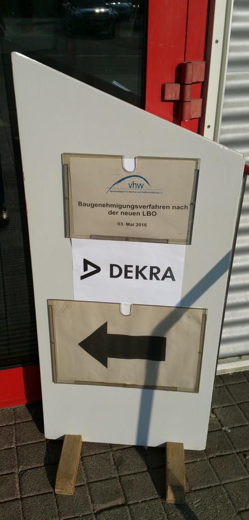 Dekra-Eingangsschild